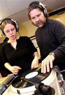 Professori Stephen Webber (oik.) opettaa levysoittimella soittamista.