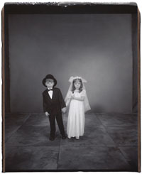Mary Ellen Mark - Twins & American Odyssey, Salon taidemuseo 11.2.-2.4.2006. © Mary Ellen Mark, Riley and Emily Shultz, 4 years old, Riley older by 1 minute, 2002.